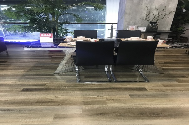 Lắp đặt sàn nhựa hèm khóa cho trung tâm mua sắm