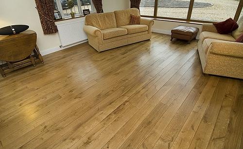So sánh giữa sàn nhựa hèm khóa và sàn gỗ tự nhiên